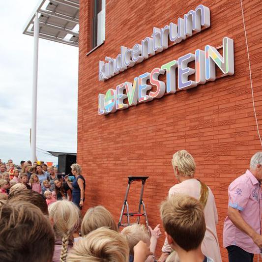 School Loevestein in Gorredijk onthult haar naambord